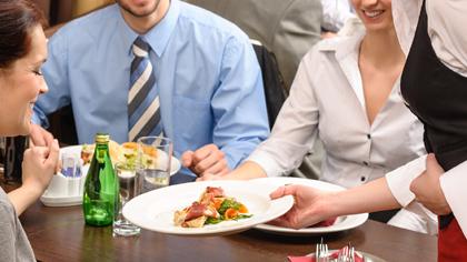 Dieci regole di galateo per un pranzo di lavoro - Maison ...